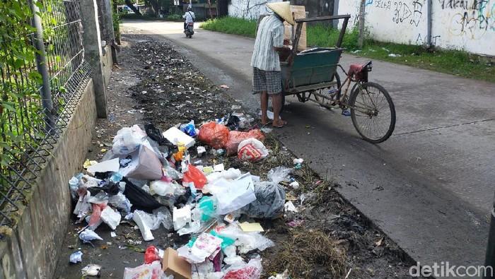 Warga kembali membuang sampah di Jalan Nikel Raya (Ibnu Munsir/detikcom).
