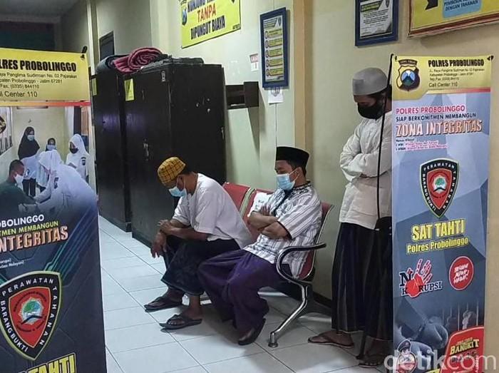 Sekelompok warga mengambil paksa jenazah pasien yang memiliki gejala COVID-19 di Probolinggo. Empat di antaranya kini telah menyerahkan diri ke polisi.