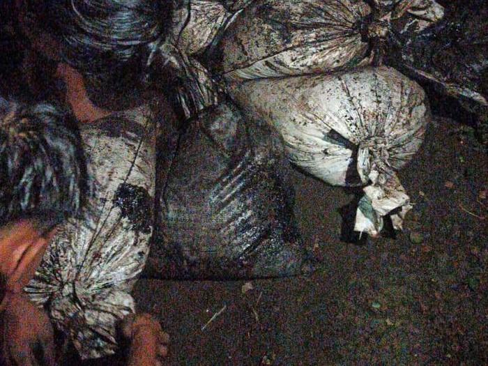 Belasan karung limbah dari pabrik di Bandung dibuang ke Cianjur