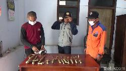 31 Benda Pusaka yang Ditemukan di Lumajang Jadi Tontonan Warga