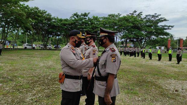 Bripka La Amin salah satu anggota Polres Keerom diberi penghargaan dari Kapolri Jenderal Listyo Sigit Prabowo (Dok Polda Papua)
