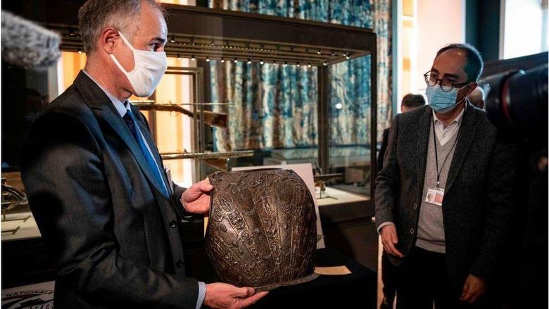 Dua bagian baju besi renaisans Italia hilang pada tahun 1983. Kini koleksi museum Louvre tersebut telah kembali lagi ke rumahnya.