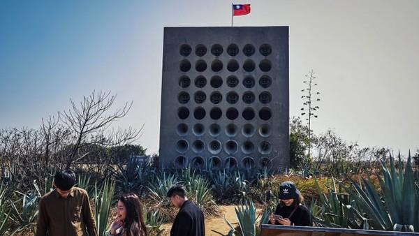 Di puncak bukit di ujung barat laut Pulau Kinmen, Taiwan berdiri Beishan Broadcast Wall. Bangunan beton yang menjulang tinggi ini memiliki 48 pengeras suara.