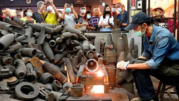 Peluru artileri sekarang digunakan untuk membuat pisau Kinmen yang terkenal. Barang lain yang dihasilkan yakni menjadi barang-barang peralatan masak rumah tangga dan suvenir.