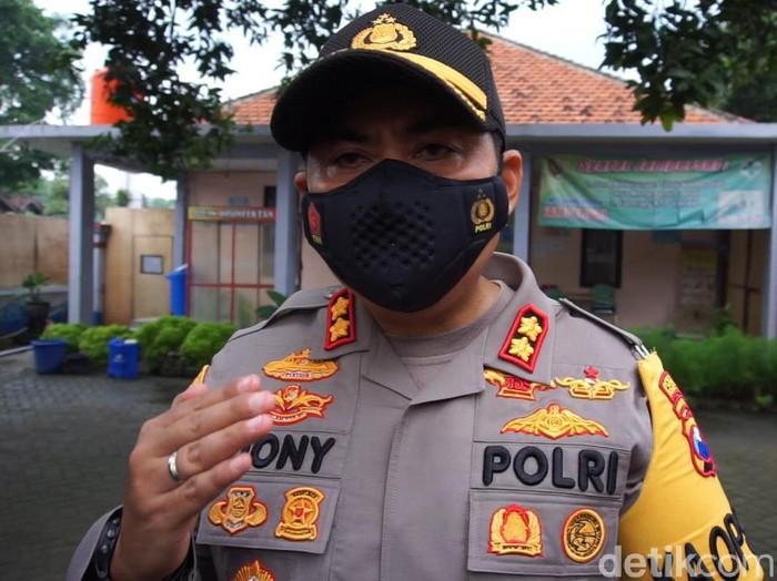 Polisi menyelidiki dugaan pungli dalam layanan tes swab RT-PCR di Labkesda Dinas Kesehatan Kabupaten Mojokerto. Jika menemukan unsur pidana, polisi akan menindak tegas para pelaku sesuai aturan yang berlaku.