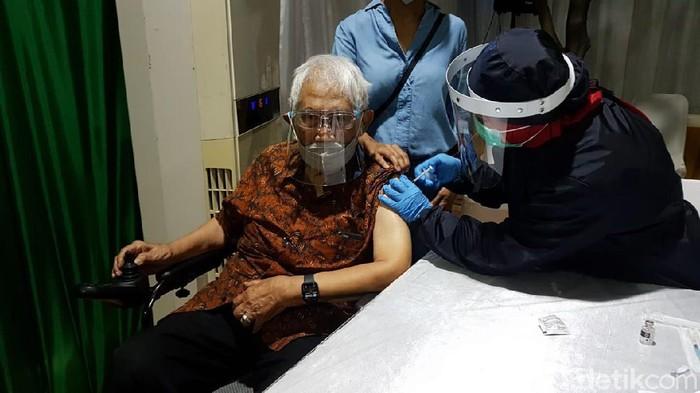 Eks Mentamben Dr Subroto mendapat Vaksin COVID-19, Jumat (5/3/2021)