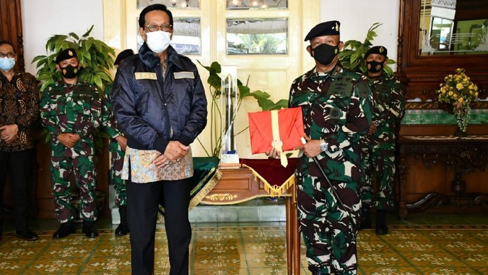 Gubernur DIY, Sri Sultan Hamengkubuwono X dan Komandan Pangkalan Utama TNI Angkatan Laut (Lantamal) V Laksamana Pertama TNI Mohamad Zaenal melakukan pertemuan.