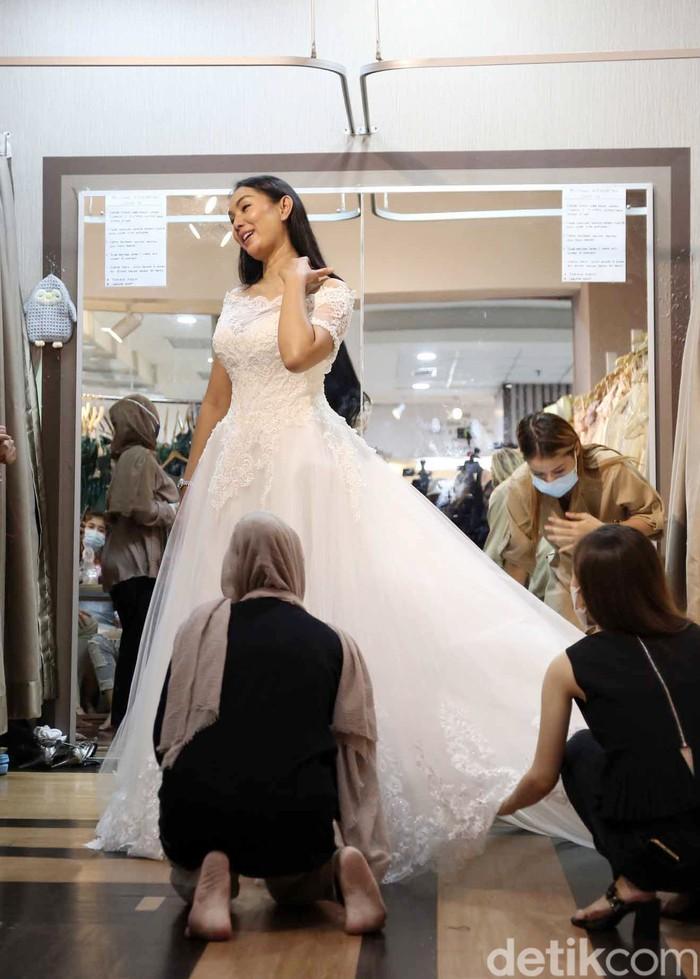Kalina Oktarani dan Vicky Prasetyo saat fitting baju pengantin.