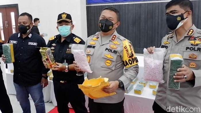 Kapolda Riau Irjen Agung Setya mengungkap kasus peredaran narkotika dengan barang bukti berupa 40 kg sabu dan 50 ribu butir ekstasi (Raja Adil/detikcom)