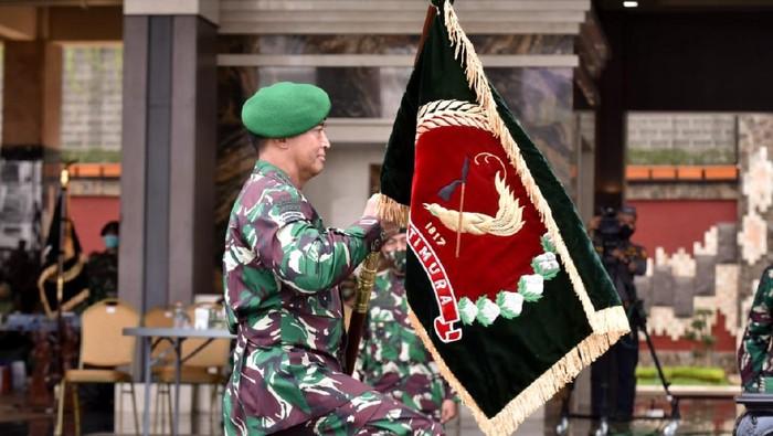 Kasad Jenderal TNI Andika Perkasa menyerahkan jabatan Wakasad kepada Mayjen TNI Bakti Agus Fadjari. Kasad juga memimpin sertijab untuk Pangdam Diponegoro dan Pangdam Pattimura (dok Dispenad)