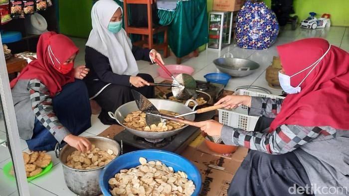 Santriwari Ponpes Azidan di Kota Probolinggo mengisi pandemi COVID-19 dengan membuat keripik pisang. Selain rasanya yang menggugah selera, kemasannya pun menarik.