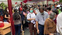 Vaksinasi untuk Lansia di Manado, Warga Berkerumun Tanpa Jarak