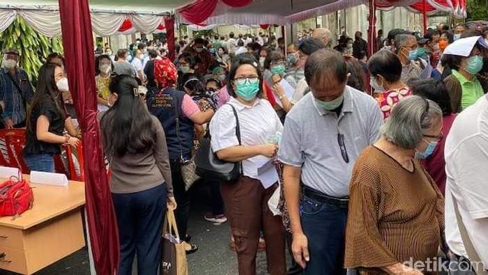 Kerumunan Lansia saat mengikuti vaksinasi di Manado (Trisno/detikcom).