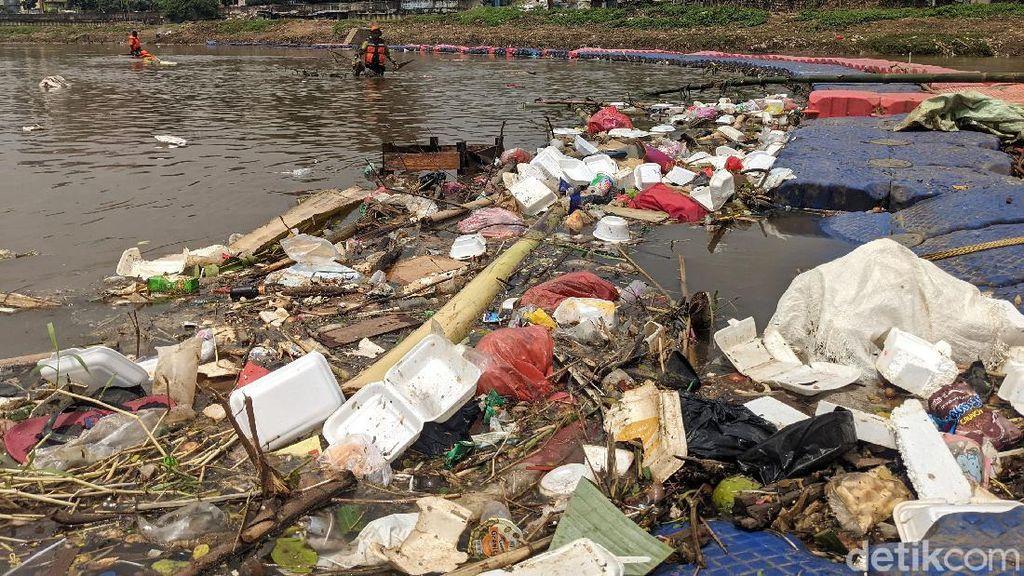 Banjir Kanal Barat Kini Penuh Sampah