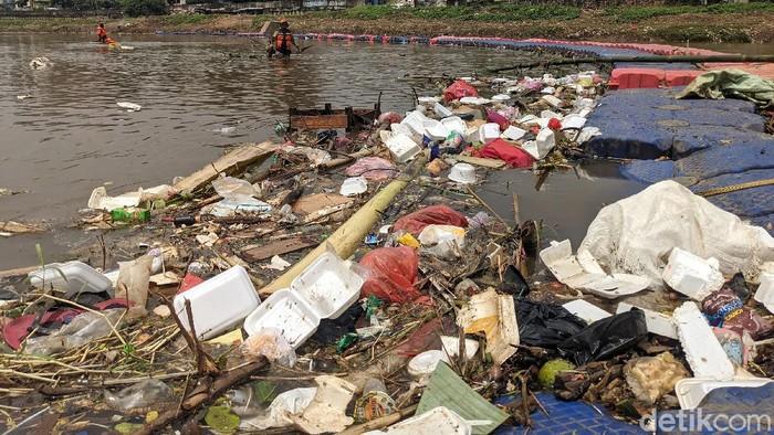 Hingga kini kesadaran masyarakat membuang sampah pada tempatnya masih rendah. Hal itu terlihat dari banyaknya sampah di Banjir Kanal Barat.