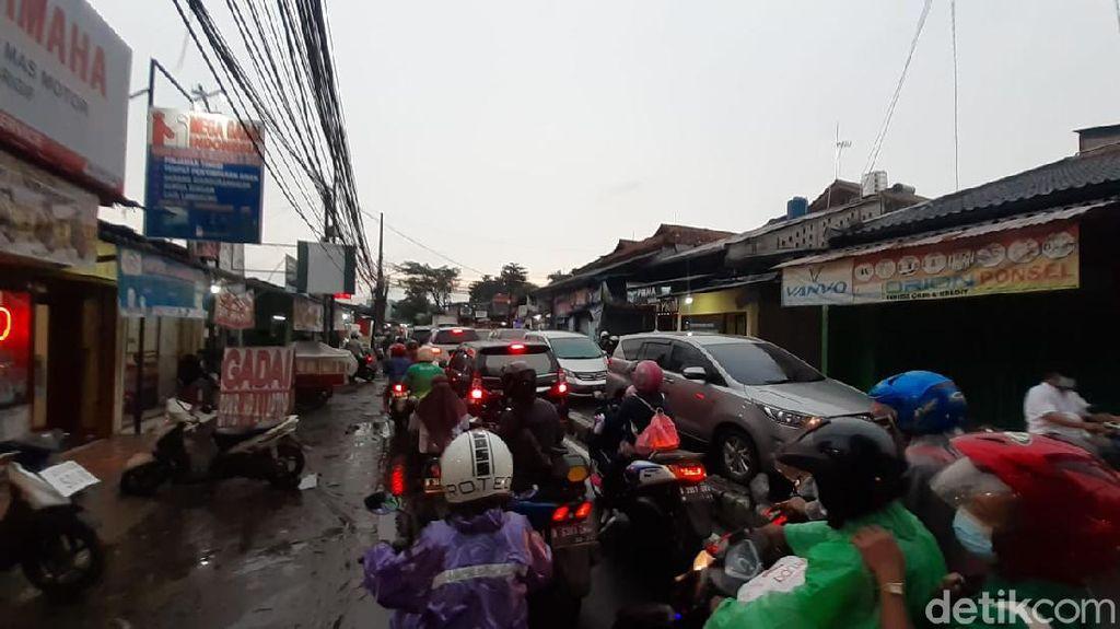 Sore Hari, Jl Moh Kahfi I Jagakarsa Macet 300 Meter Gegara Putaran Balik