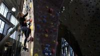 Audrey Grochowski berolahraga panjat dinding di Planet Granite Gym di San Francisco, Amerika Serikat, Kamis (4/3/2021) waktu setempat.