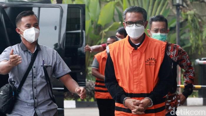 Tersangka korupsi, gubernur nonaktif Sulawesi Selatan Nurdin Abdullah tiba di gedung KPK, Jakarta. Ia menjalani pemeriksaan perdana sejak OTT.