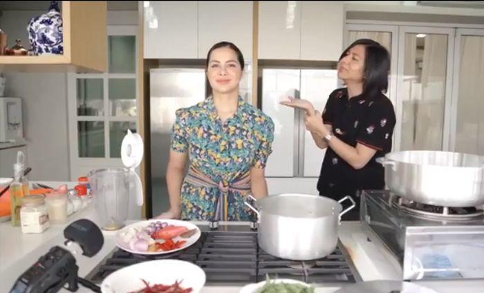 Pandai Masak, Ini Gaya Noor Nabila saat Masak di Dapur