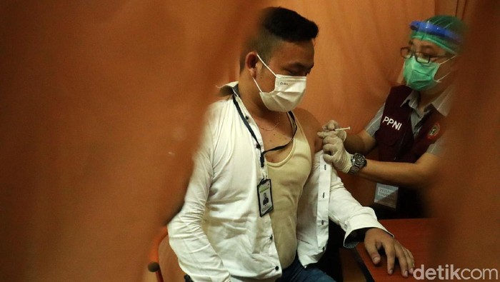Ratusan pedagang di Pasar Baltos, Kota Bandung, menjalani vaksinasi COVID-19 tahap 2 termin 1. Para pedagang ikut divaksinasi karena dinilai rentan terpapar COVID-19.