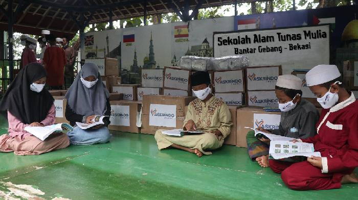 PT Asuransi Kredit Indonesia atau Askrindo, melakukan aksi peduli pendidikan dengan mendonasikan ratuisan buku ke sekolah.