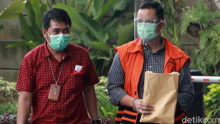 Para jurnalis berebut mengambil gambar tersangka korupsi, mantan Menteri Sosial, Juliari P Batubara saat tiba di gedung Komisi Pemberantasan Korupsi (KPK), Jakarta, Jumat (5/1/2021) untuk menjalani pemeriksaan.  Juliari P Batubara diperiksa untuk kasusnya yakni dugaan menerima suap terkait pengadaan paket bantuan sosial penanganan COVID-19. Ia menyerahkan diri usai Operasi Tangkap Tangan (OTT) sejumlah pejabat Kemensos, beberapa waktu lalu.