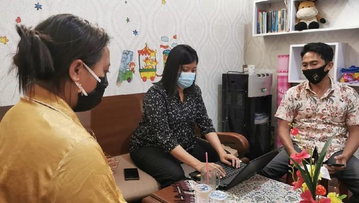 Pemilik wisma sekaligus muncikari di Pemalang, MS (baju kuning) saat dimintai keterangan di Satreskrim PPA Polres Pemalang