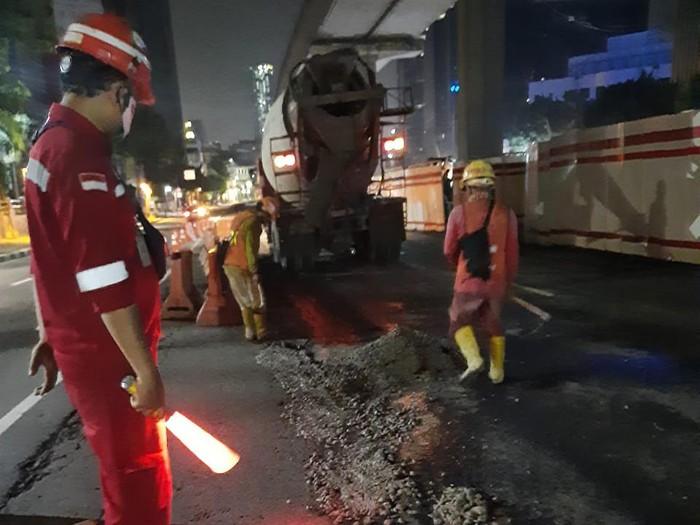 Perbaikan Jl HR Rasuna Said Jaksel di depan Kantor Kemenkum HAM, 4 Maret 2021 malam. (Dok Suku Dinas Bina Marga Jakarta Selatan)