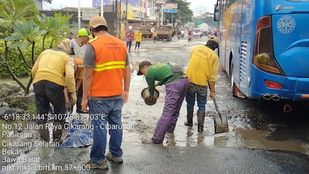 Perbaikan Jl Raya Industri oleh Dinas Bina Marga Jawa Barat, Februari 2021. (Dok Dinas Bina Marga Jabar)