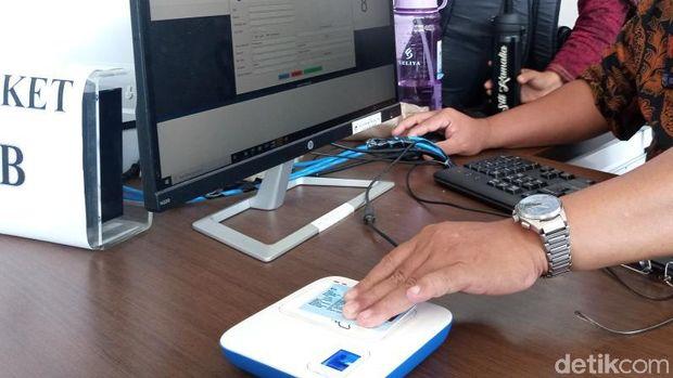 Petugas menempelkan e-KTP di ABAKA dan data muncul di monitor PC