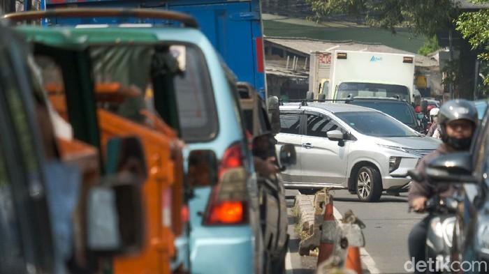 Potret Kemacetan Gegara Putar Balik Jl Moh Kahfi 1 Jagakarsa, 5 Maret 2021. (Andhika Prasetia/detikcom)