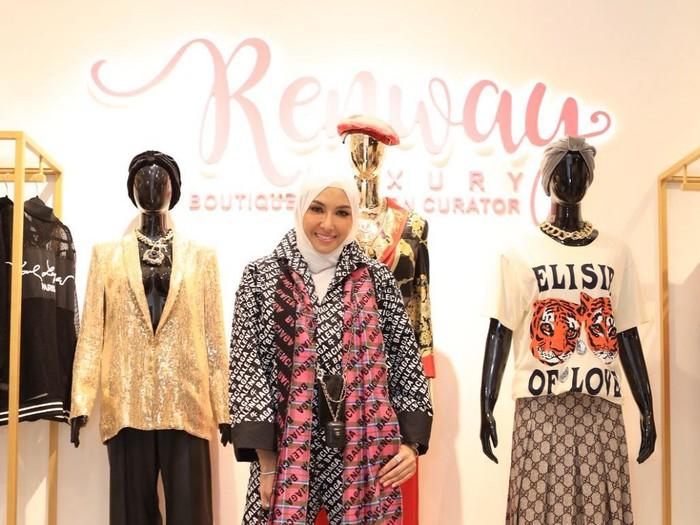 Renny Angesti membagikan pengalamannya sebagai kurator fashion.