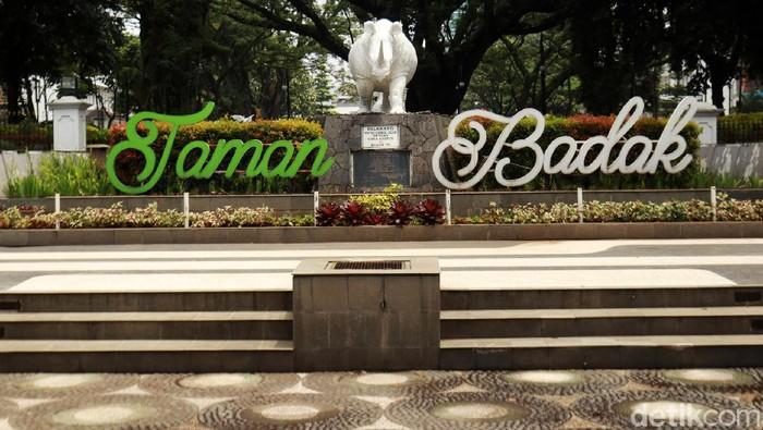 Setahun sudah pandemi COVID-19 terjadi di Kota Bandung. Sejumlah taman, masih belum bisa dikunjungi warga, karena untuk mengantisipasi penyebaran COVID-19.