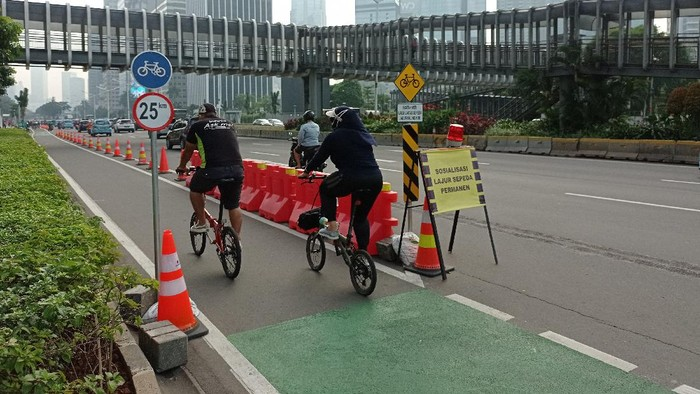 Suasana di jalur sepeda permanen di Jalan Sudirman, Jakarta (Sachril-detikcom)
