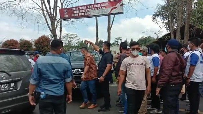 Suasana saat massa dari arena KLB mengusir rombongan PD Sumut (detikcom)
