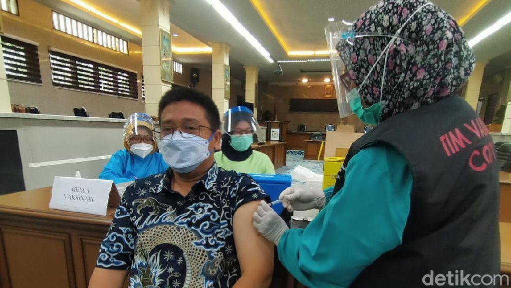 Pegawai dan Office Boy DPRD Kota Cirebon Divaksinasi COVID-19