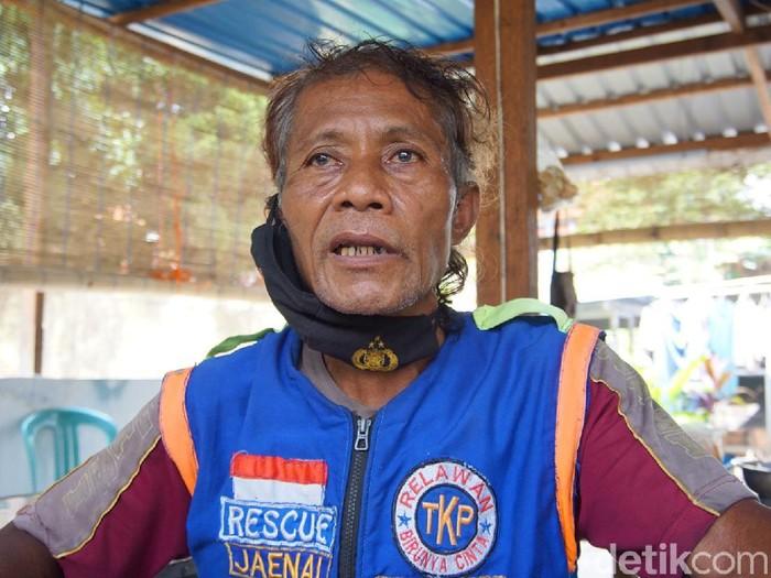 Usia senja tak membuat Achmad Zaenuri (63) berhenti menjadi relawan. Bahkan, di usia tuanya itu dia tak gentar menjadi anggota tim pemakaman korban COVID-19 di Kota Mojokerto.