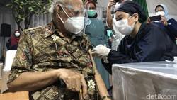 Momen Emil Salim Eks Menteri Lingkungan Hidup Vaksinasi COVID-19 di Umur 91