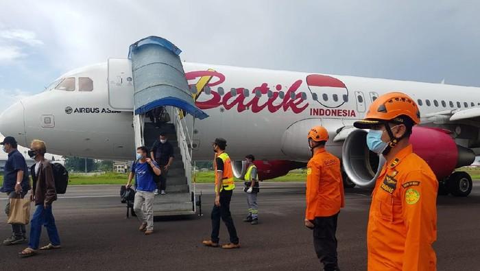 Evakuasi penumpang dari pesawat Batik Air yang Putar Balik di Jambi