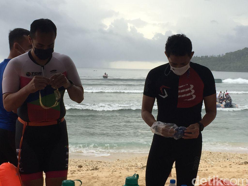 Menteri Pariwisata dan Ekonomi Kreatif (Menparekraf) Sandiaga Uno menjalani aquathlon di Likupang saat hujan. Sebagai tes ombak triathlon series April nanti.
