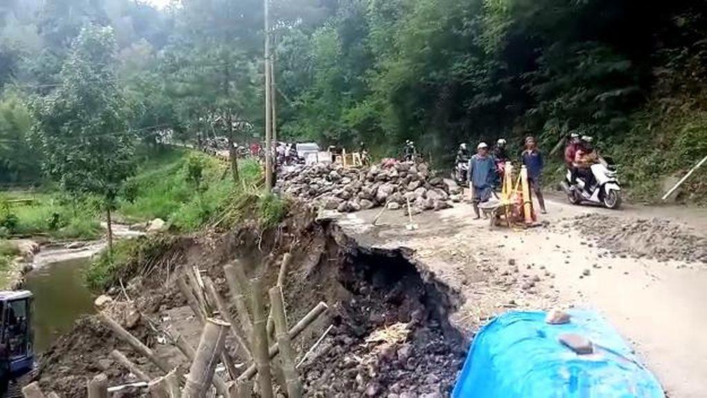 Bahu Jalan di Pujon Malang Ambles, Jalur Batu-Kediri Hanya untuk Motor