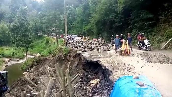 Setelah dilakukan perbaikan, bahu jalan di Dusun Lebaksari, Desa Ngroto, Kecamatan Pujon, Kabupaten Malang kembali ambles. Jalan hanya bisa dilalui kendaraan roda dua saja.