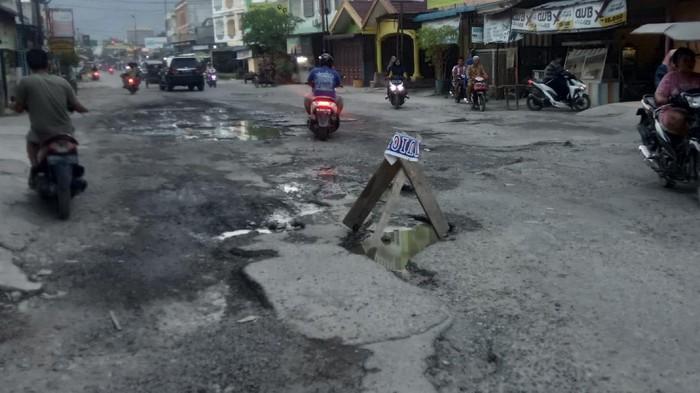 Jalan Sirandorung Rantauprapat Sumut Rusak Parah