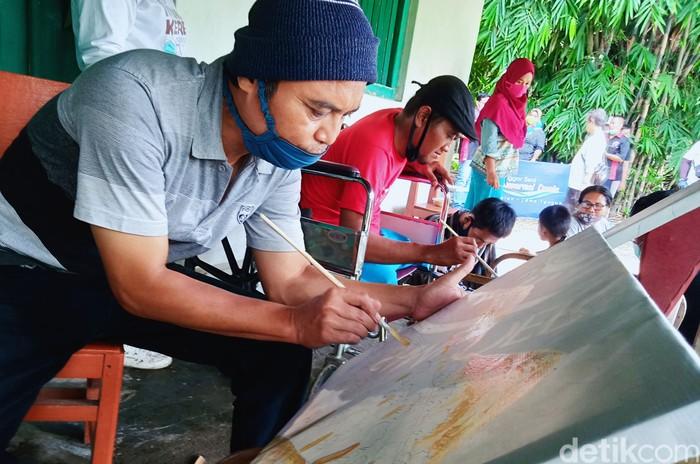 Sanggar Seni Mewarnai Dunia di Klaten menggelar pelatihan melukis kepada warga penyandang disabilitas. Pelatihan diikuti warga dari berbagai kecamatan.