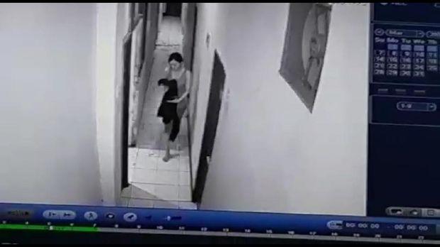Momen selebgram Ari Pratama usai ditikam kekasihnya terekam CCTV di wisma (Screenshot video viral)