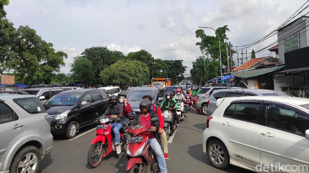 Parkir Liar Depan Pasar Gembrong Jaktim, Lalin Jl Basuki Rahmat Macet
