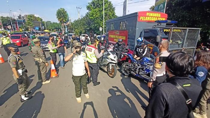 Satgas COVID-19 Kabupaten Bogor melakukan pengecekan hasil rapid antigen ke wisatawan yang akan menuju kawasan Puncak, Kabupaten Bogor. Rombongan motor gede (moge) sport pun melintas dan petugas langsung melakukan pemeriksaan.