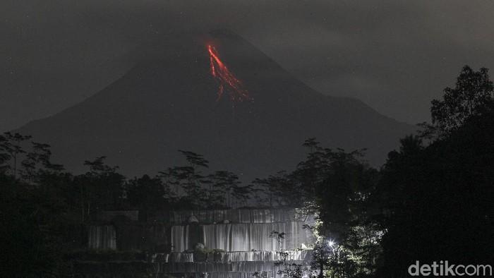 Guguran lava pijar Gunung Merapi terlihat dari tempat wisata Watu Purbo, Tempel, Sleman, D.I Yogyakarta, Jumat (5/3/2021). Menurut data dari Balai Penyelidikan dan Pengembangan Teknologi Kebencanaan Geologi (BPPTKG) periode pengamatan pukul 18:00-24:00 WIB Gunung Merapi mengalami 18 kali guguran lava pijar dengan jarak luncur maksimal 700 meter ke arah barat daya. Potensi bahaya saat ini berupa guguran lava dan awanpanas pada sektor selatan-barat daya meliputi sungai Kuning, Boyong, Bedog, Krasak, Bebeng, dan Putih sejauh maksimal 5 km. Sedangkan lontaran material vulkanik bila terjadi erupsi eksplosif dapat menjangkau radius 3 km dari puncak.