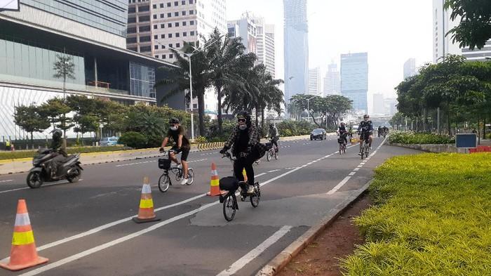 Penampakan pesepeda yang melaju tak di jalur yang disediakan, di Jalan Sudirman, Jakarta
