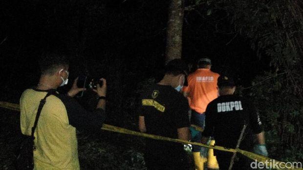 Polisi olah TKP tempat penemuan mayat dalam karung di Gowa, Sulsel (Hermawan Mappiwali/detikcom)